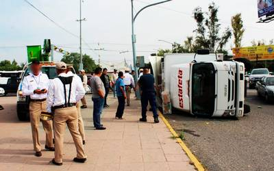 Vuelca Camión De Paquetería Dos Empleados Resultan Lesionado El